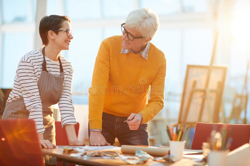 Pensionär Art Teacher Working med studenten arkivbild
