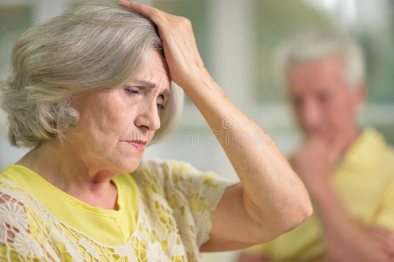 pensionär belastad kvinna arkivbilder