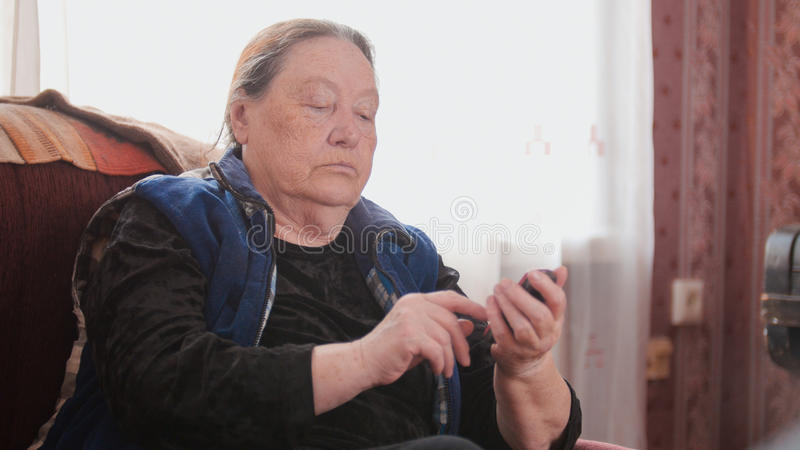 Pensionär der alten Frau spricht am Handy, Telefoto lizenzfreie stockfotos