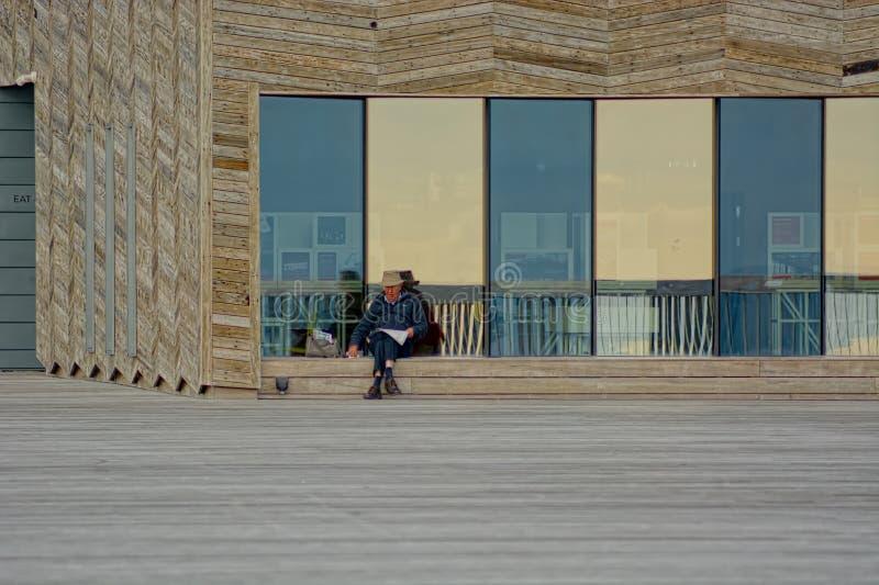 Pensionär ensamt eller oberoende & lyckligt arkivbild