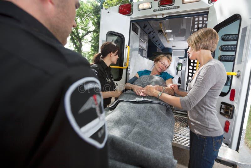 pensionär för ambulansomsorgsnödläge arkivbilder