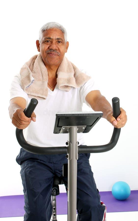 pensionär för cykelmanridning royaltyfri foto
