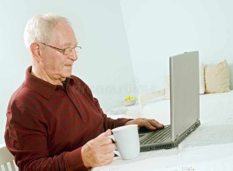 pensionär för datorbärbar datorman royaltyfri foto