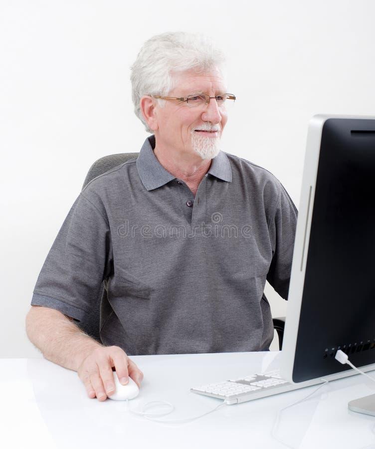 pensionär för datorman fotografering för bildbyråer