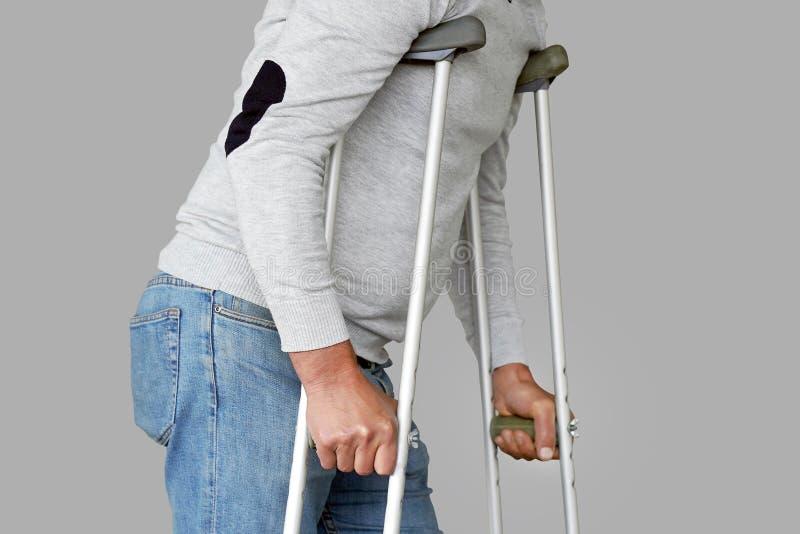pensionär för kryckamanrehabilitering Närbild Slapp fokus arkivbild