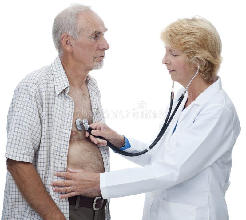 pensionär för man s för bröstkorgdoktor lyssnande till kvinnan royaltyfria foton