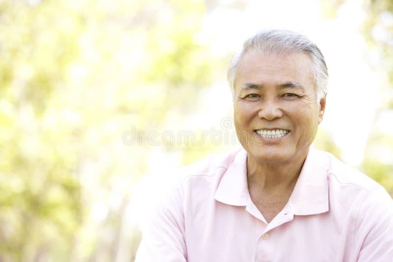 pensionär för manparkstående royaltyfri bild