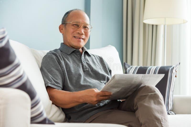 pensionär för mantidningsavläsning royaltyfria foton