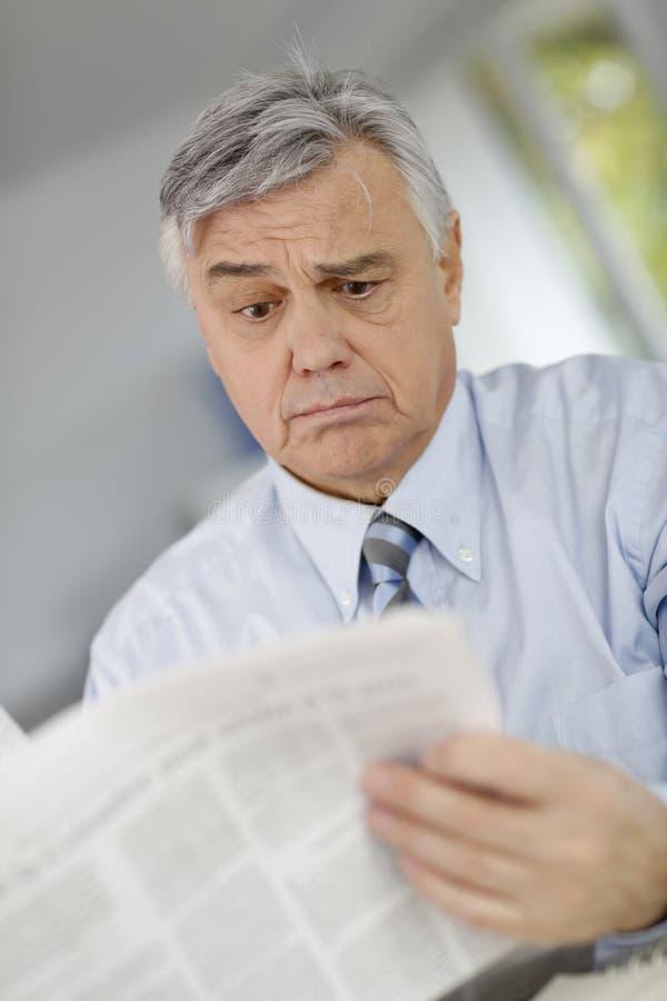 pensionär för mantidningsavläsning arkivbilder