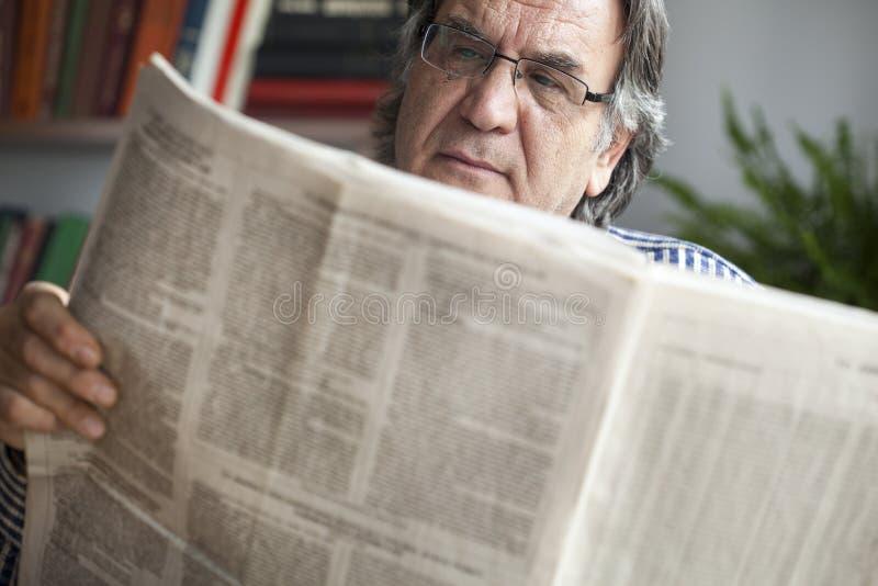 pensionär för mantidningsavläsning royaltyfri fotografi