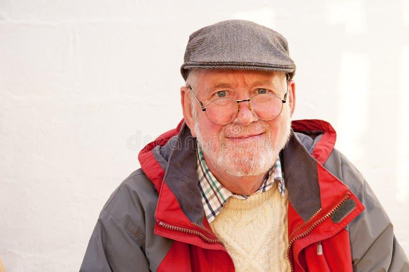 Pensionär i grått plant lock royaltyfria foton