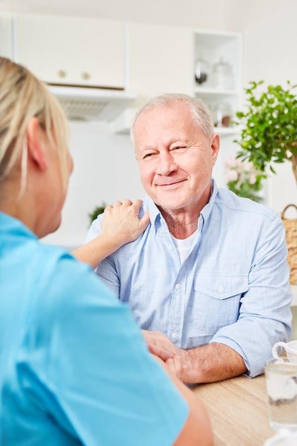 Pensionär med att vårda service hemma arkivbilder