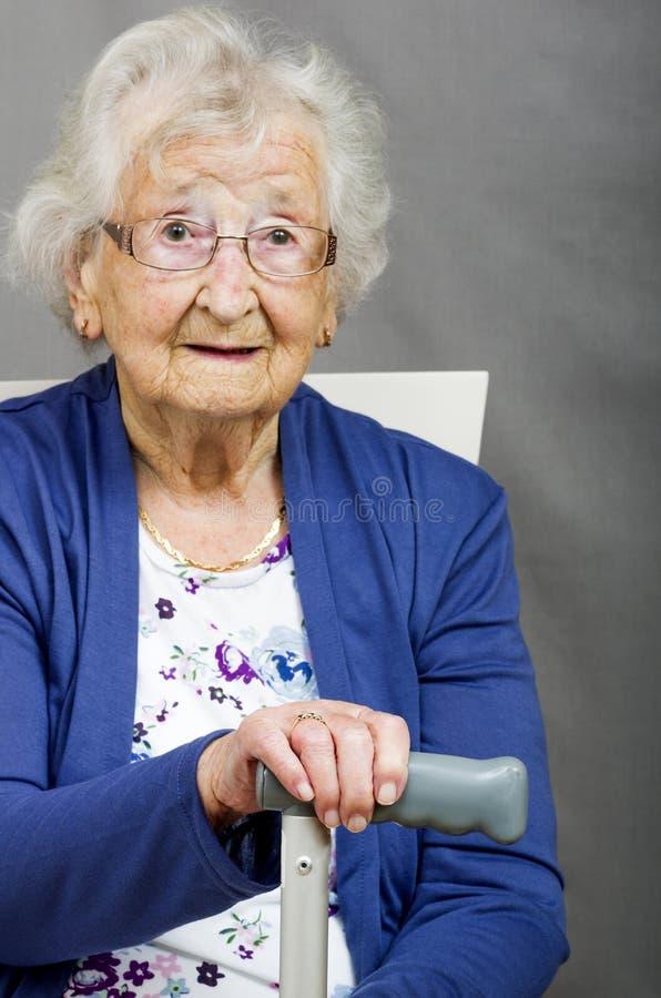 Pensionär med en gå pinne arkivfoton
