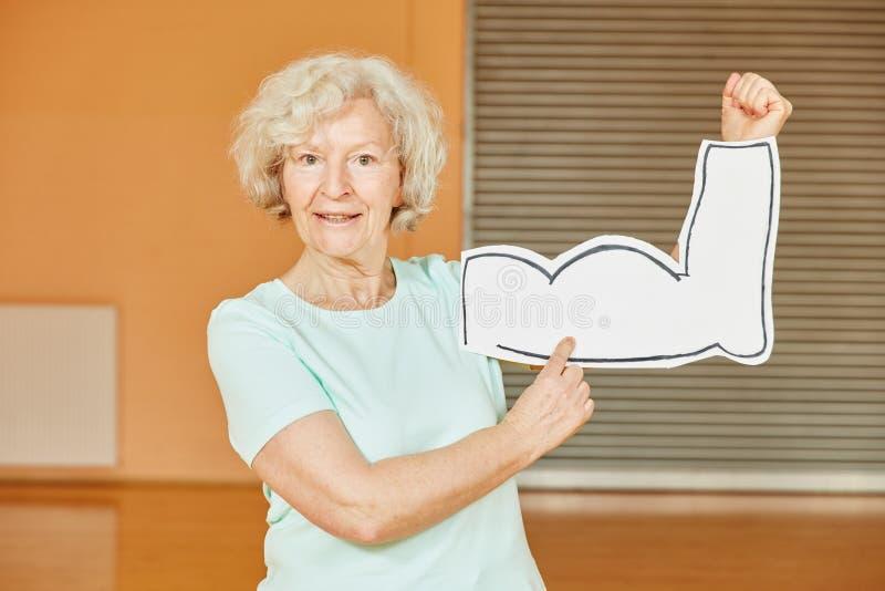 Pensionär med muskler på konditionstudion arkivfoto