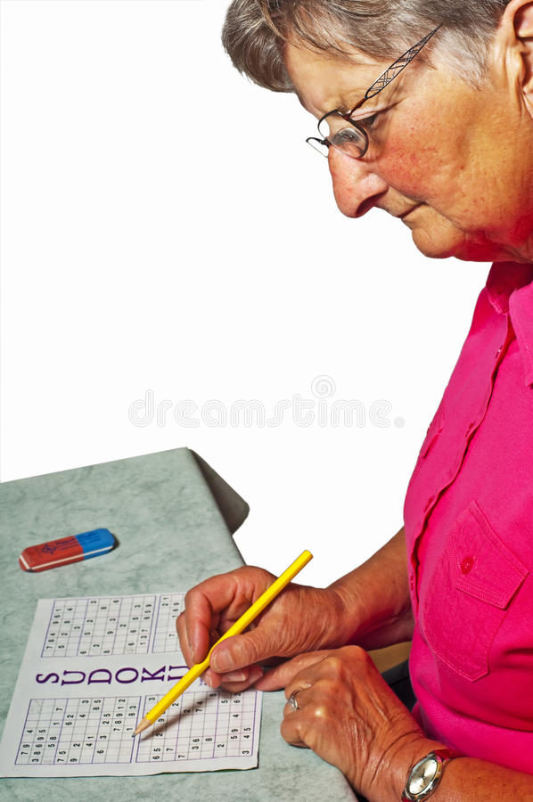 Pensionär mit sudoku stockfotografie