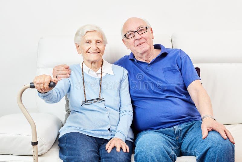 Pensionär och högt som ett lyckligt par arkivbilder