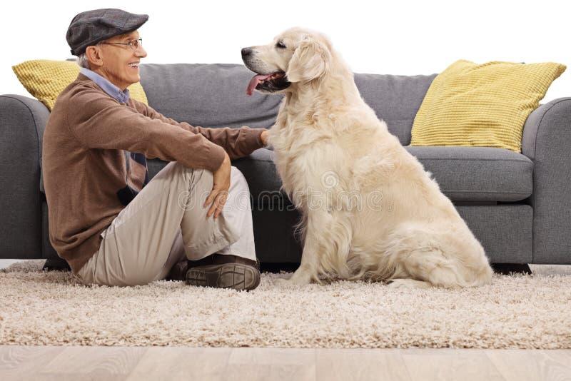 Pensionär och hans hund som ser de royaltyfri bild
