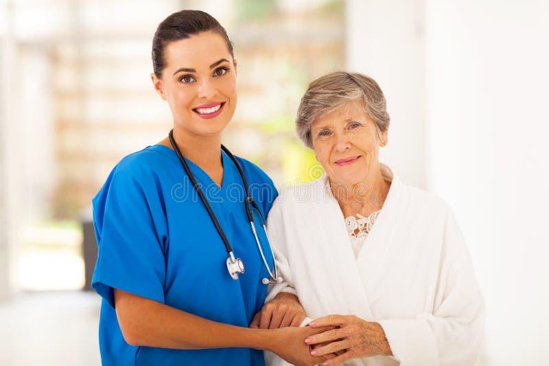 Pensionär och sjuksköterska arkivbilder