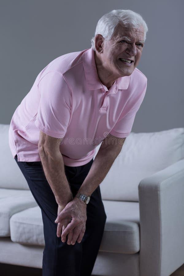 Pensionär som har knäartrit arkivfoton