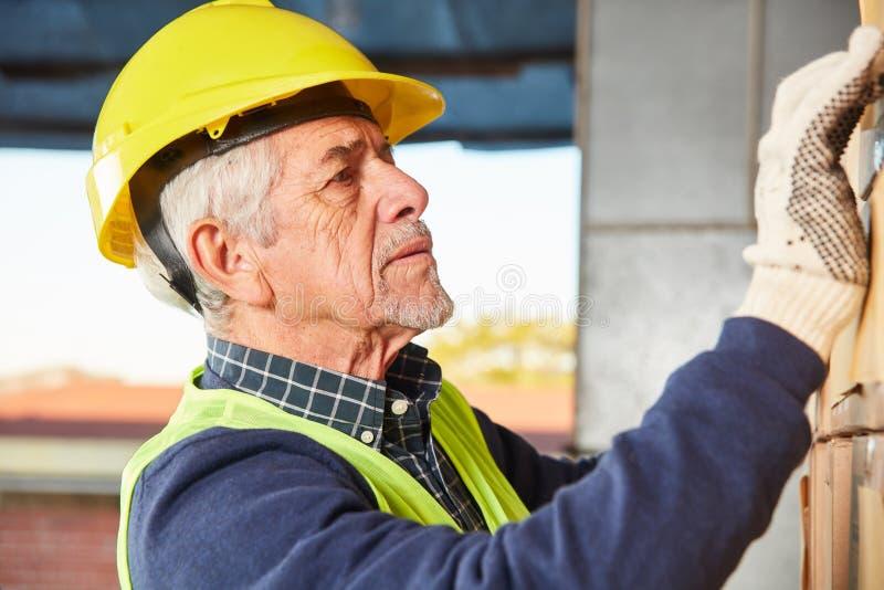 Pensionär, som lagerarbetaren förbereder sig för leverans arkivfoto