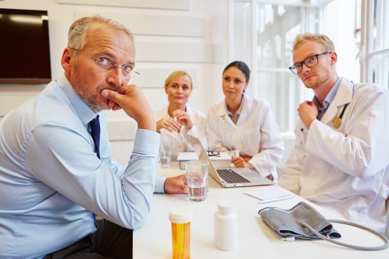 Pensionär som patient i konsultation royaltyfri bild