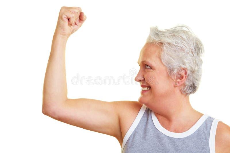 pensionär som visar den sportive kvinnan royaltyfria foton