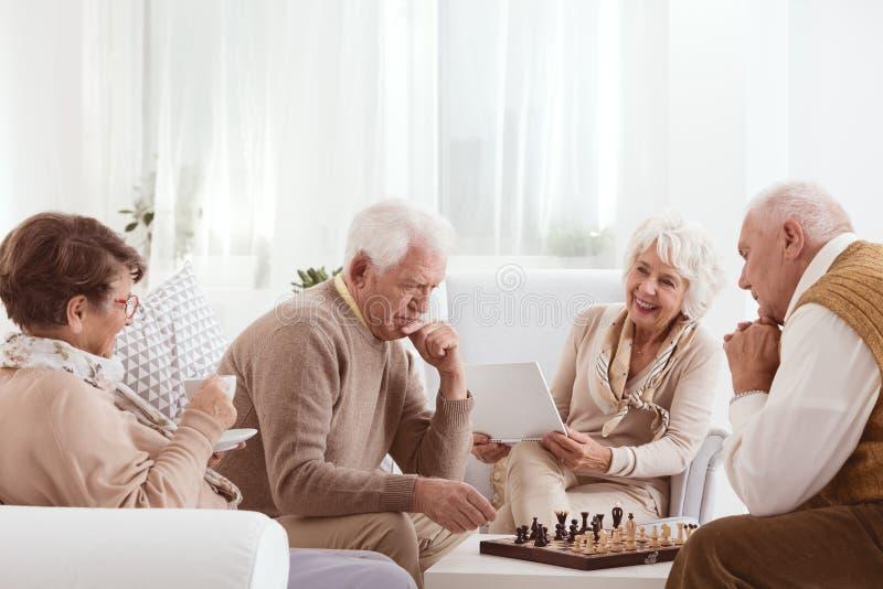 Pensionäraktiv tillsammans royaltyfri fotografi