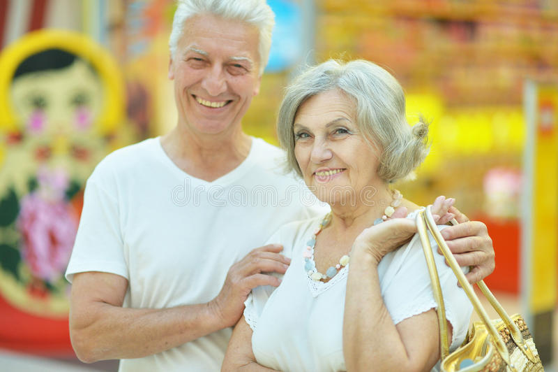 Pensionären kopplar ihop royaltyfri bild