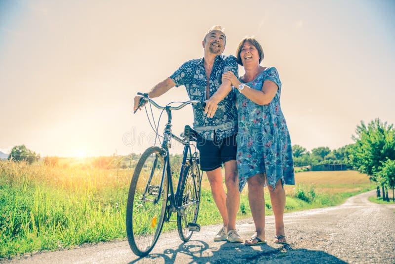 Pensionären kopplar ihop arkivbilder