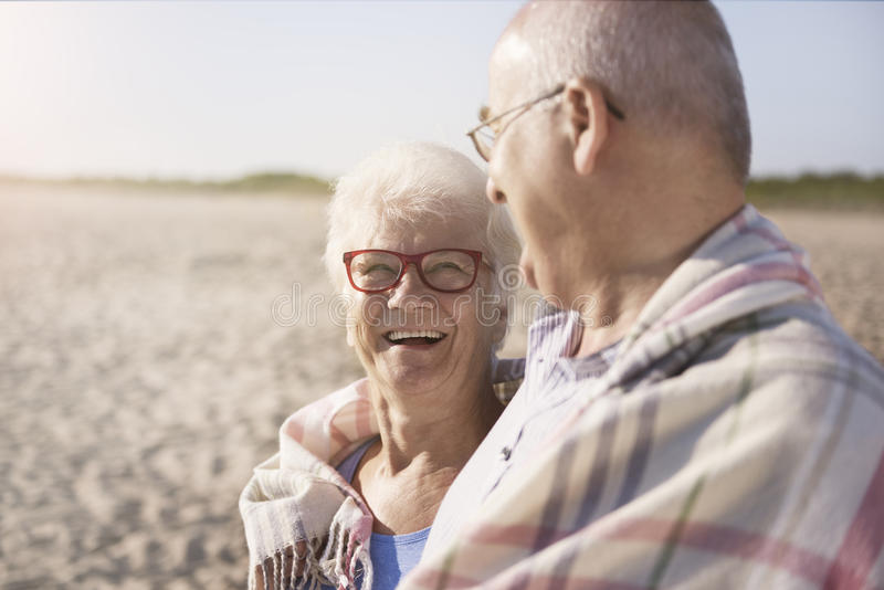 Pensionären kopplar ihop royaltyfri foto