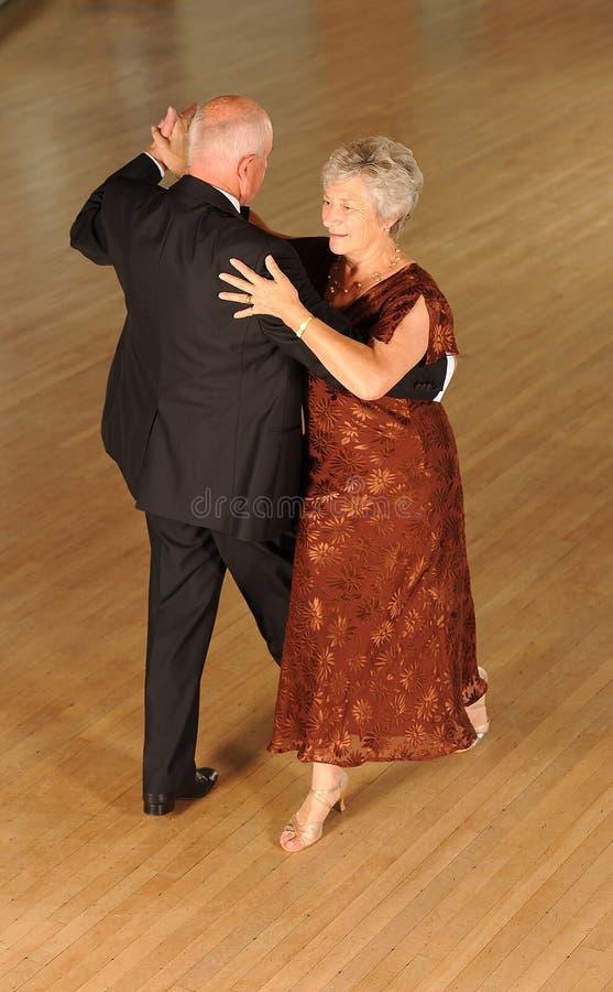 Pensionären kopplar ihop dans arkivbild