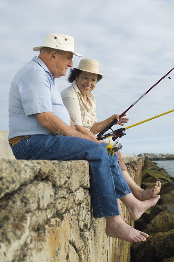 Pensionären kopplar ihop fiske arkivbilder
