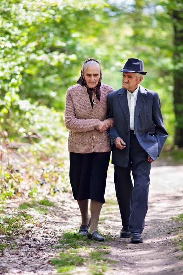 Pensionären kopplar ihop livsstil arkivfoton