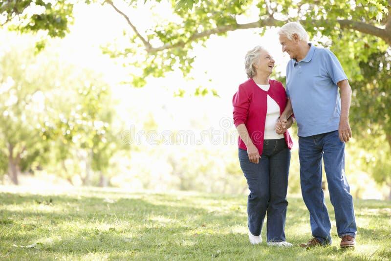 Pensionären kopplar ihop parkerar in royaltyfria foton