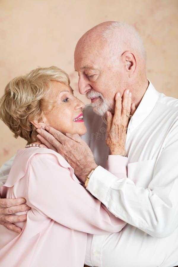 Pensionären kopplar ihop - stilla passionerat arkivbild