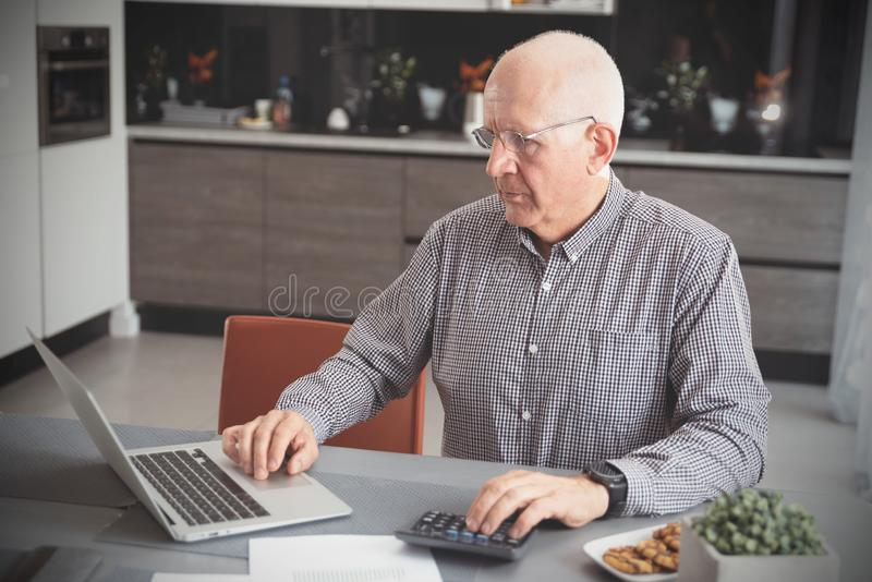 Pensionären räknar pengar, skattberäkningsbegrepp arkivbild