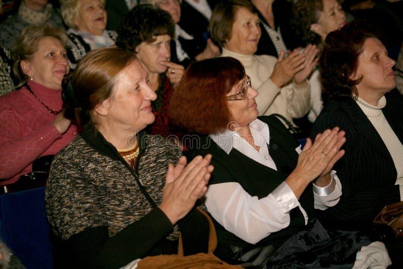 Pensionärer - åhörarna av välgörenhetkonserten royaltyfri foto