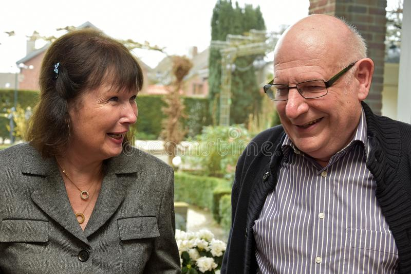 Pensionärer har roligt och skrattar grundligt arkivfoto