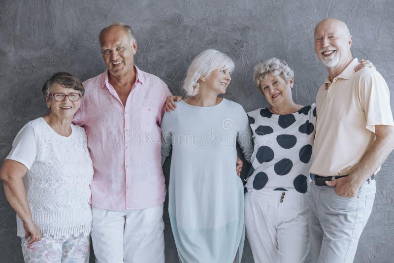 Pensionärer i rum royaltyfria foton