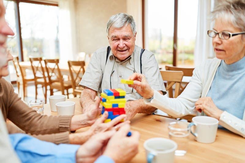 Pensionärer med demens staplar färgrika byggandekvarter fotografering för bildbyråer