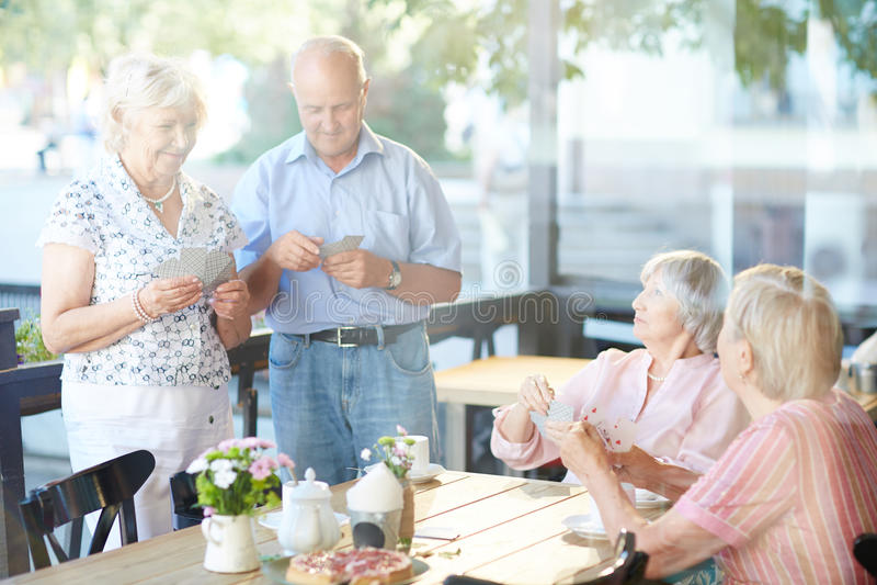 Pensionärer med kort fotografering för bildbyråer