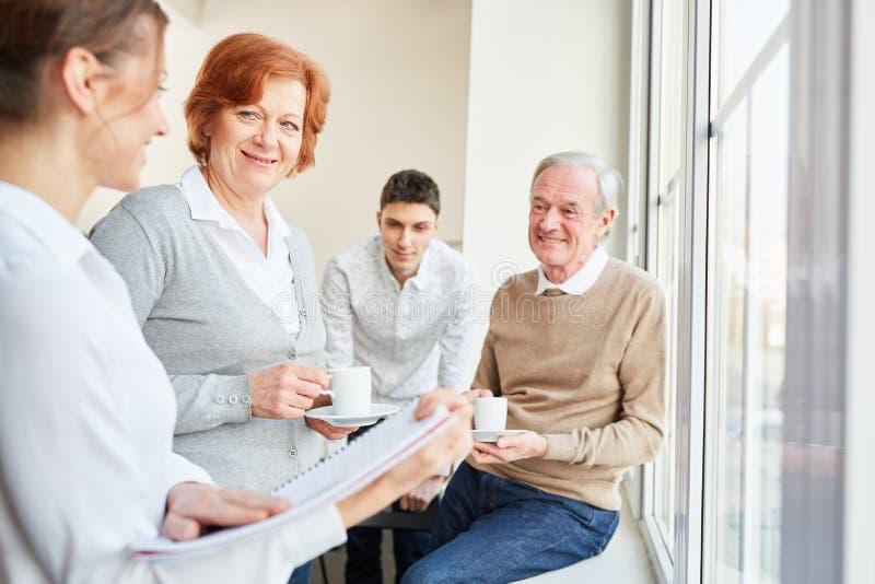 Pensionärer och ungt affärsfolk arkivfoton
