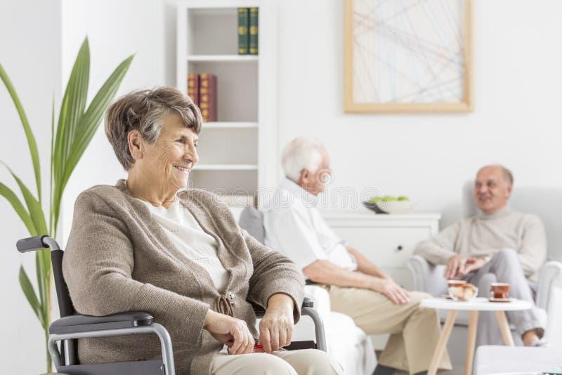 Pensionärer på gemensamt rum royaltyfria foton