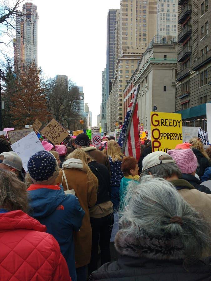 Pensionärer på mars för kvinna` s, västra Central Park, NYC, NY, USA royaltyfri fotografi