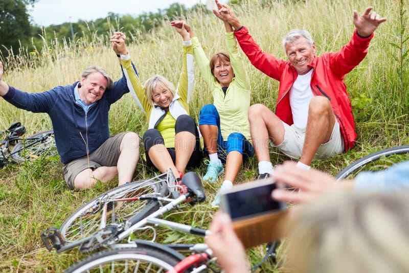 Pensionärer ser framåtriktat till att cykla över ett foto arkivfoto
