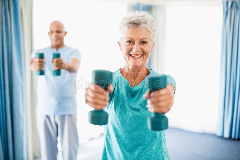 Pensionärer som använder vikter fotografering för bildbyråer