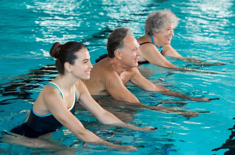 Pensionärer som cyklar på aquacykeln royaltyfri bild
