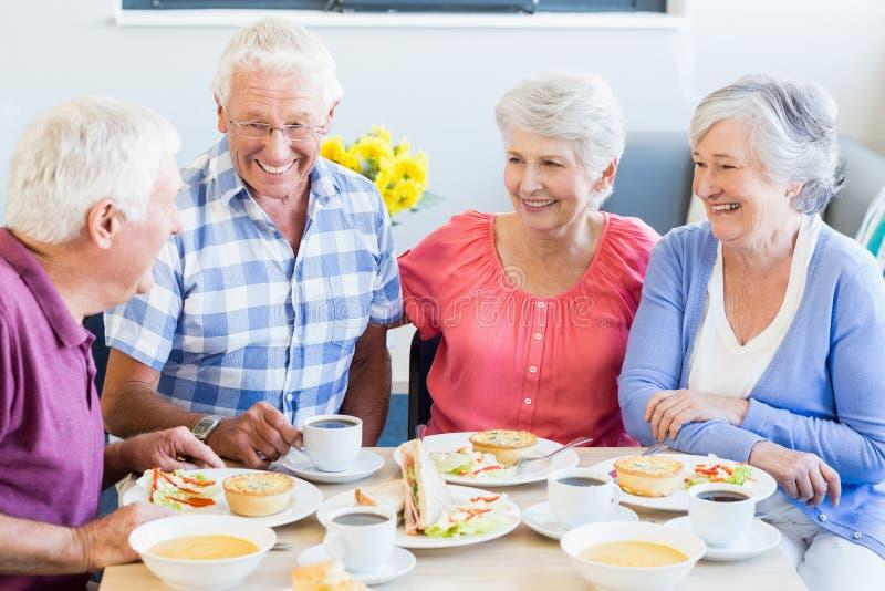 Pensionärer som har lunch tillsammans arkivbild