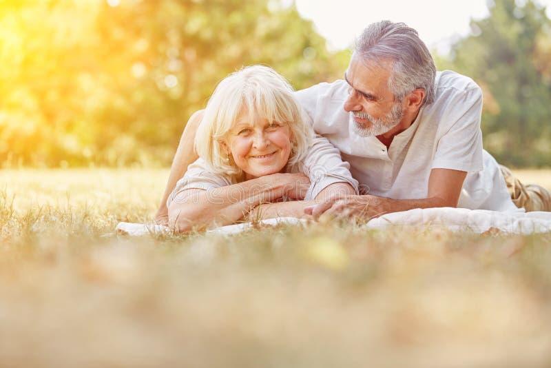 Pensionärer som kopplar av i sommar fotografering för bildbyråer