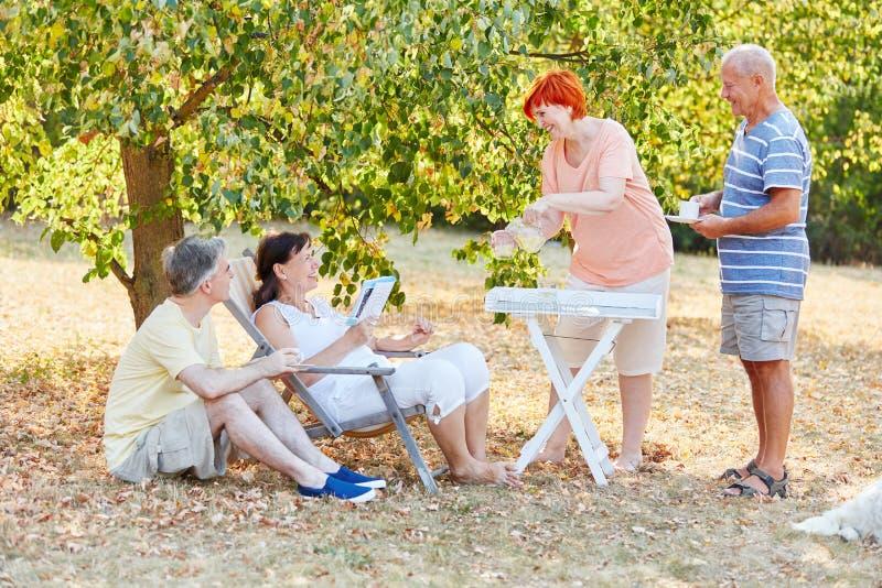 Pensionärer som kopplar av på parkera royaltyfri fotografi
